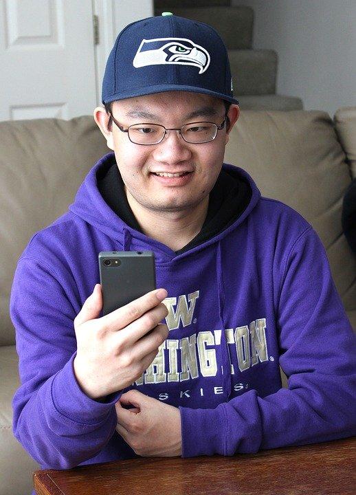 Jongen met een smartphone Praatjes enzo