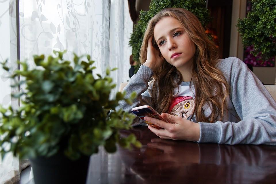 Meisje met een smartphone Praatjes enzo